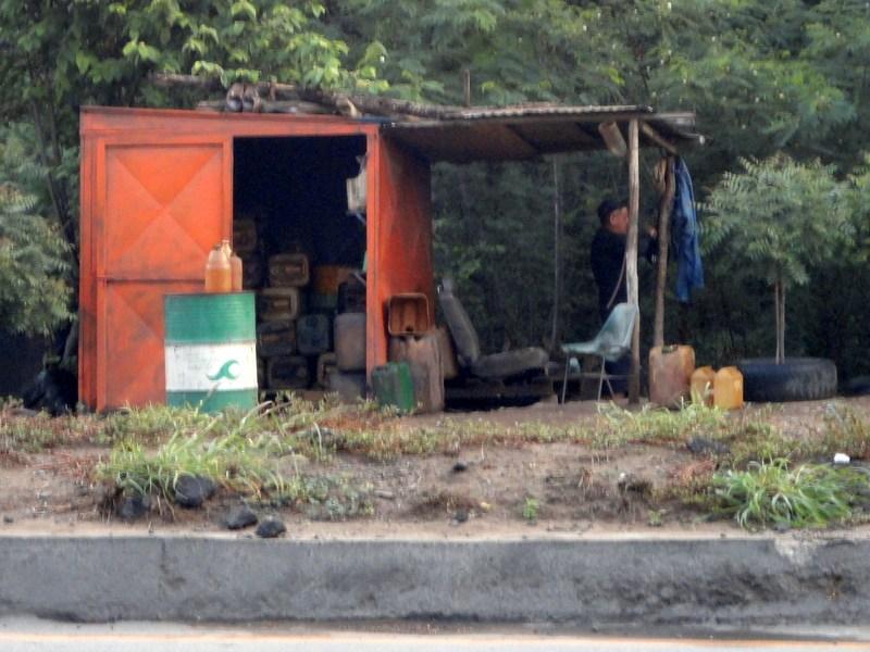 Pimpineros selling smuggled gas.